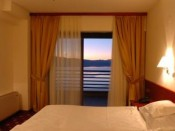 Соба со поглед на езеро