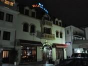 Hotel Villa de Lago by night