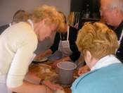 Niederländischen touristen zubereitung traditioneller speisen