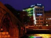Das Hotel Stone Bridge bei Nacht